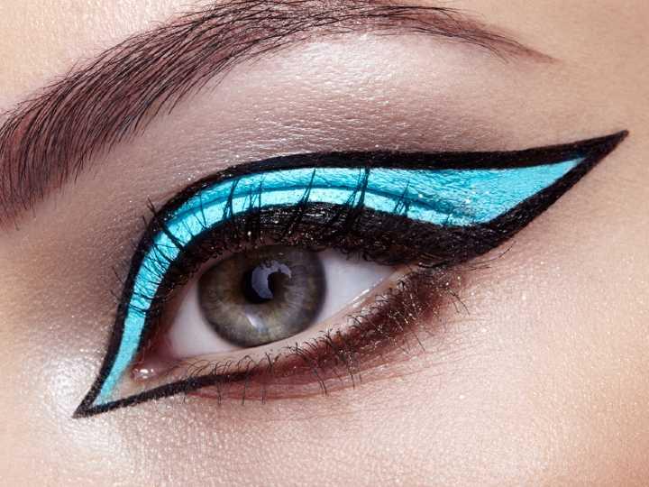 Mujer con delineado gráfico, tendencia de maquillaje en 2021