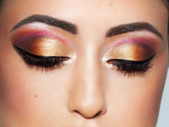 Mujer con sombras metálicas en los ojos, tendencia de maquillaje para el 2021
