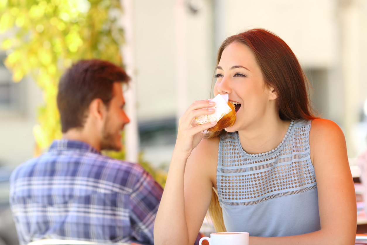 No tomarte el tiempo necesario para masticar los alimentos podría generar una mala digestión