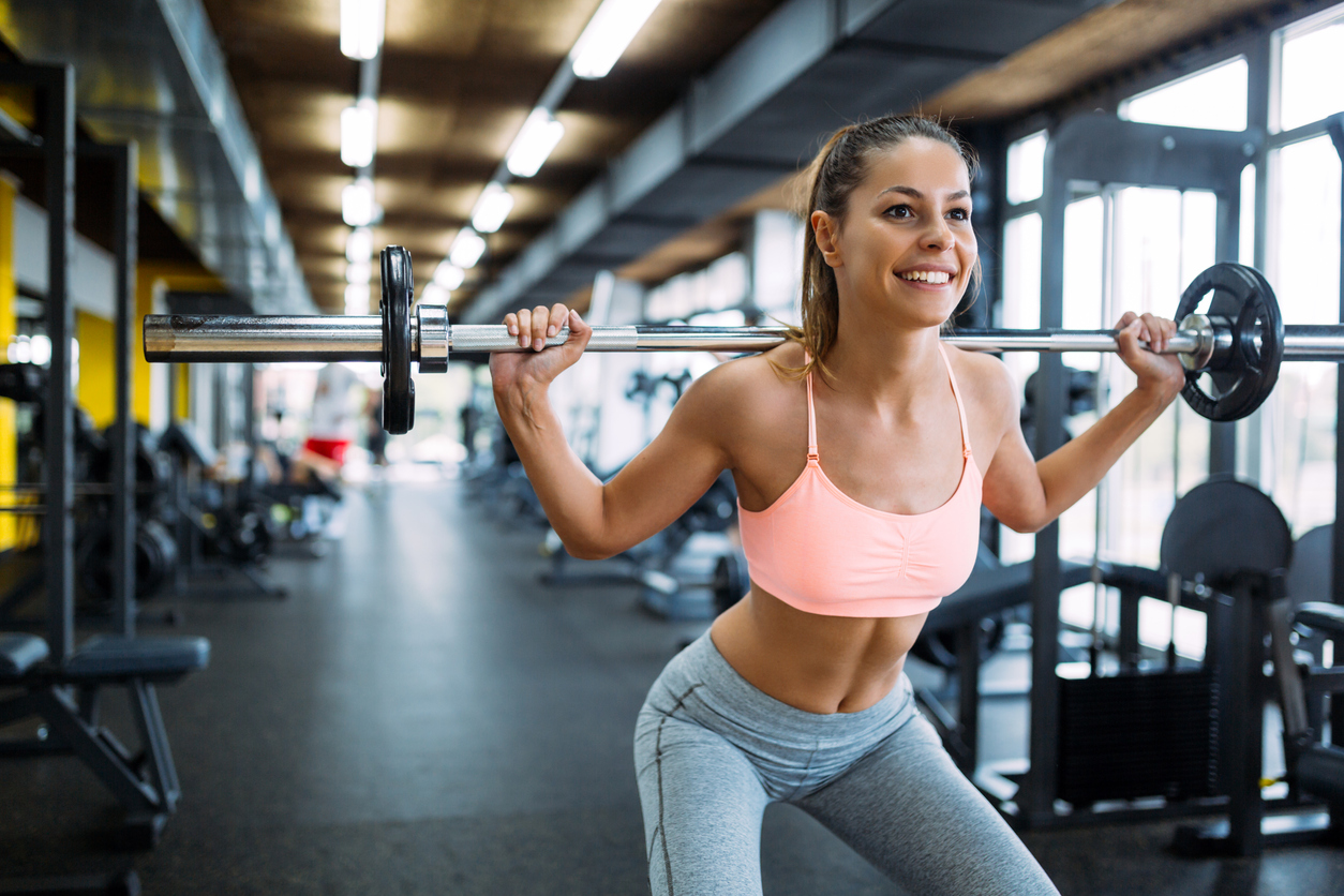"""8.Métele pesas a tu rutina de ejercicio. No, no te vas a """"poner cuadrada"""". Las pesas aumentarán tu masa muscular al mismo tiempo que quemas calorías y aceleras el metabolismo."""