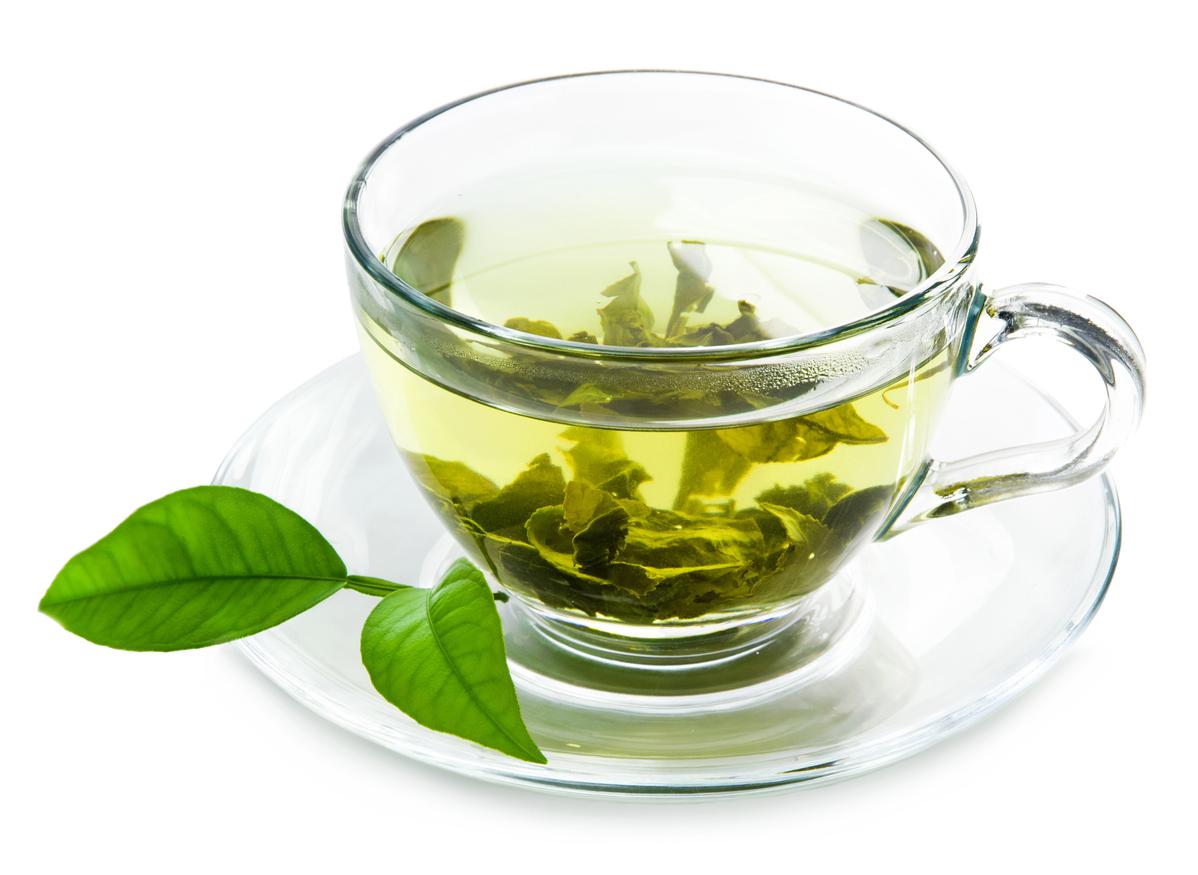 El té verde aumenta la tasa metabólica, beber de dos a cuatro tazas al día te ayudará a quemar alrededor de un 17 por ciento más calorías de lo normal