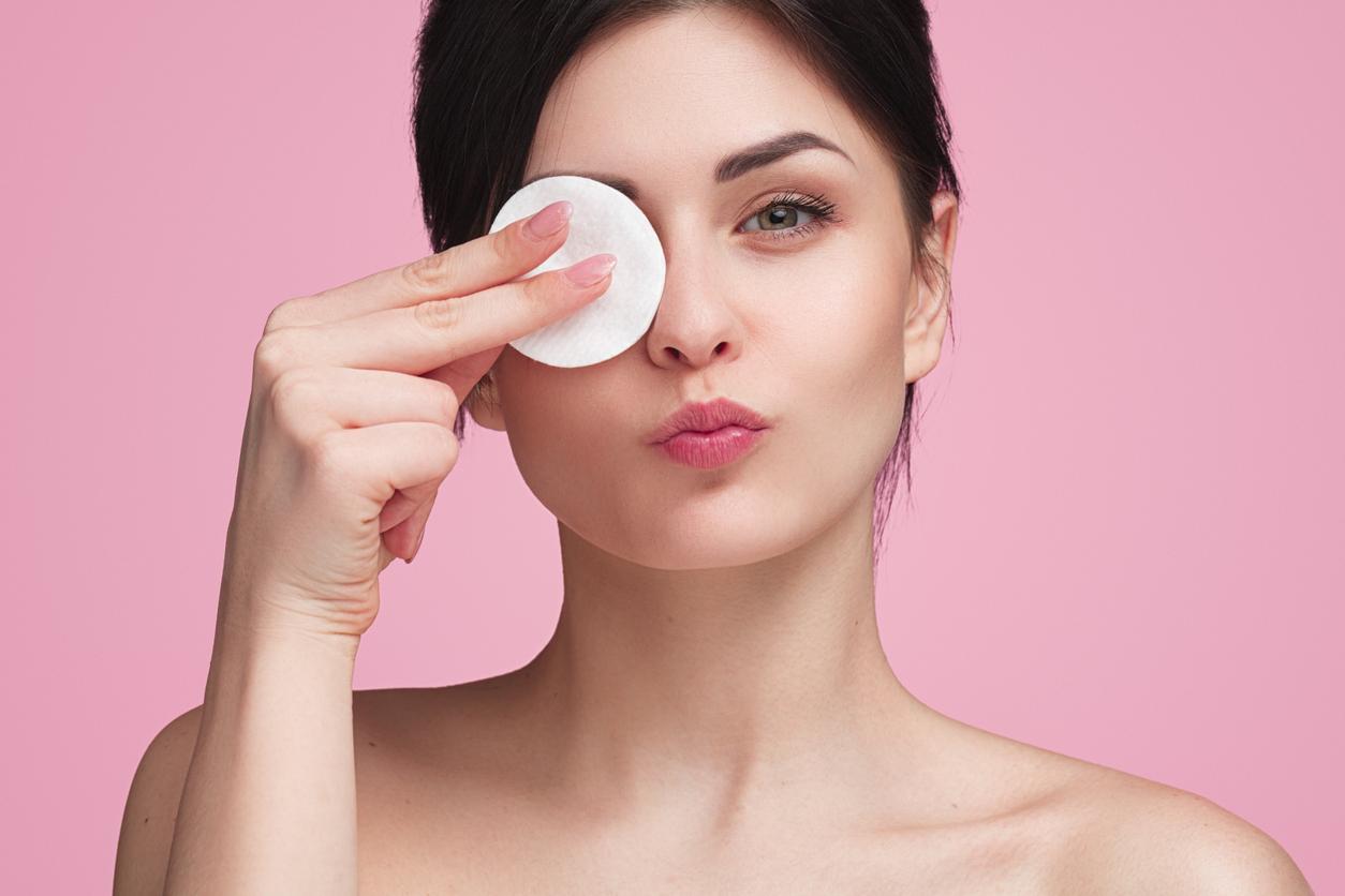 Lo que yo hago en las mañanas después de bañarme, es limpiar mi rostro con una bolita de algodón y agua micelar para arrasar con las impurezas
