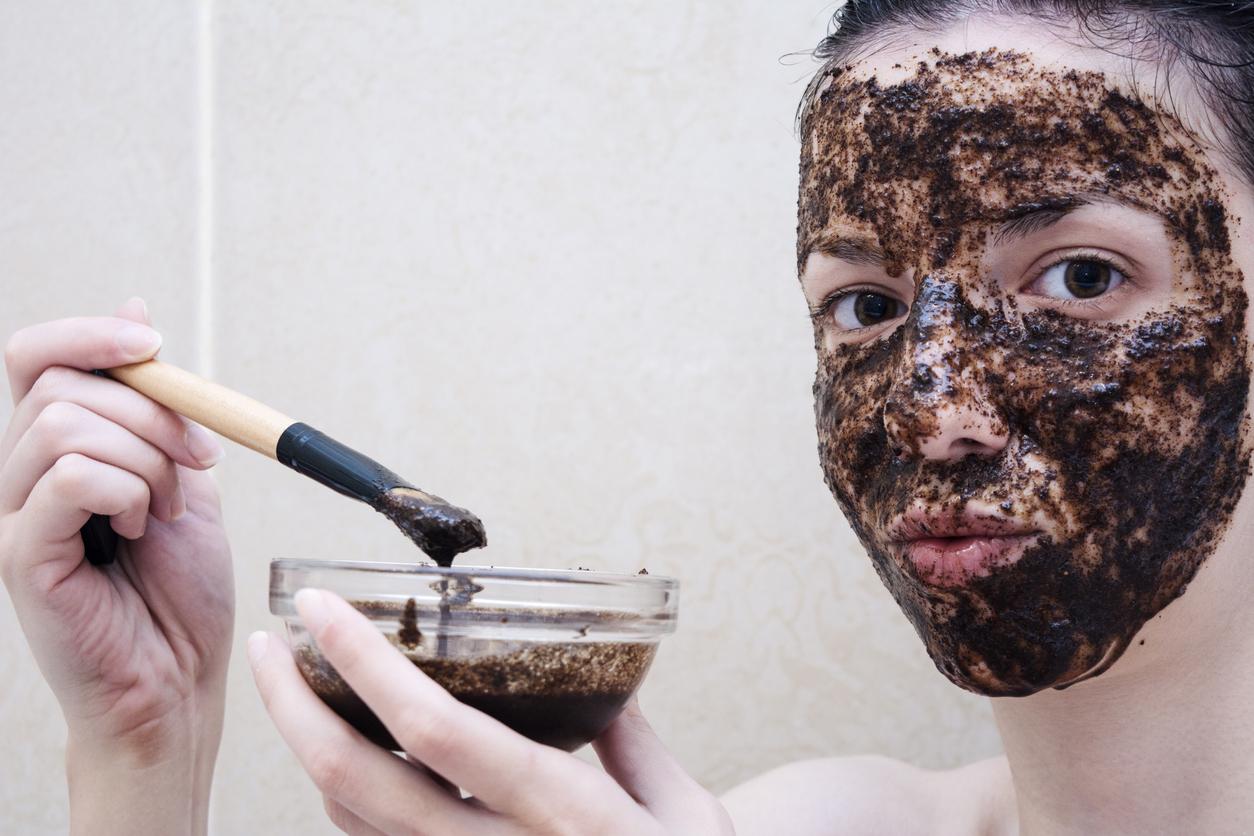 puedes utilizar un exfoliante casero en el rostro, te ayudará a eliminar las células muertas y eliminar el exceso de grasa.