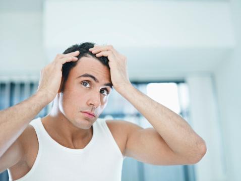 El refuerzo de los cabello de dentro de la caída